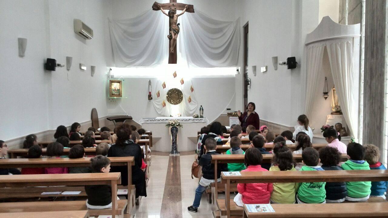Una foto di bambini che seguono la messa.